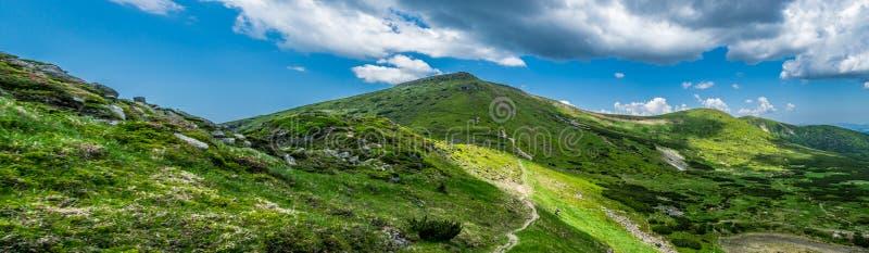 Cordillera de Chornohora en Cárpatos fotografía de archivo