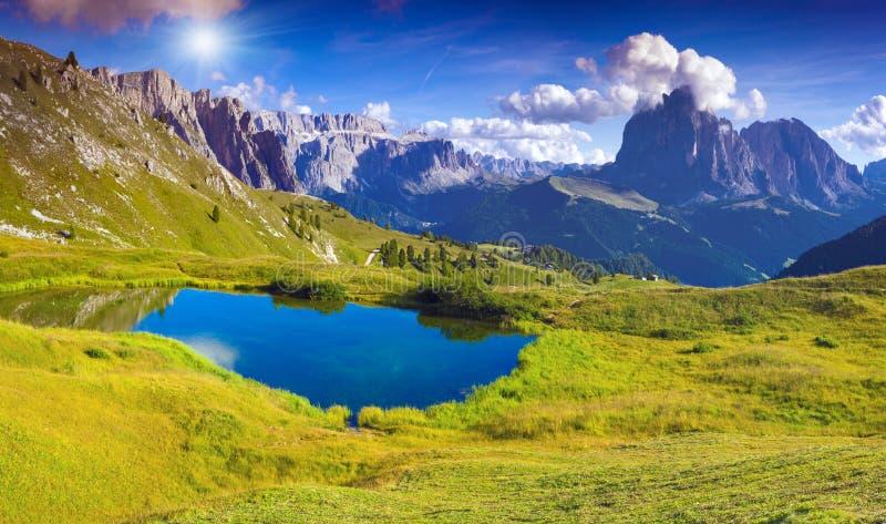 Cordillera de Sassolungo en el día de verano soleado Mountai de las dolomías imagen de archivo libre de regalías