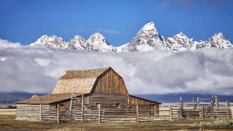 Cordillera de Teton con el granero de Moulton en el parque nacional magnífico de Teton imágenes de archivo libres de regalías