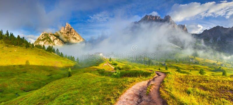 Cordillera de Tofane en la mañana de niebla soleada Panorama de Falz imagen de archivo libre de regalías