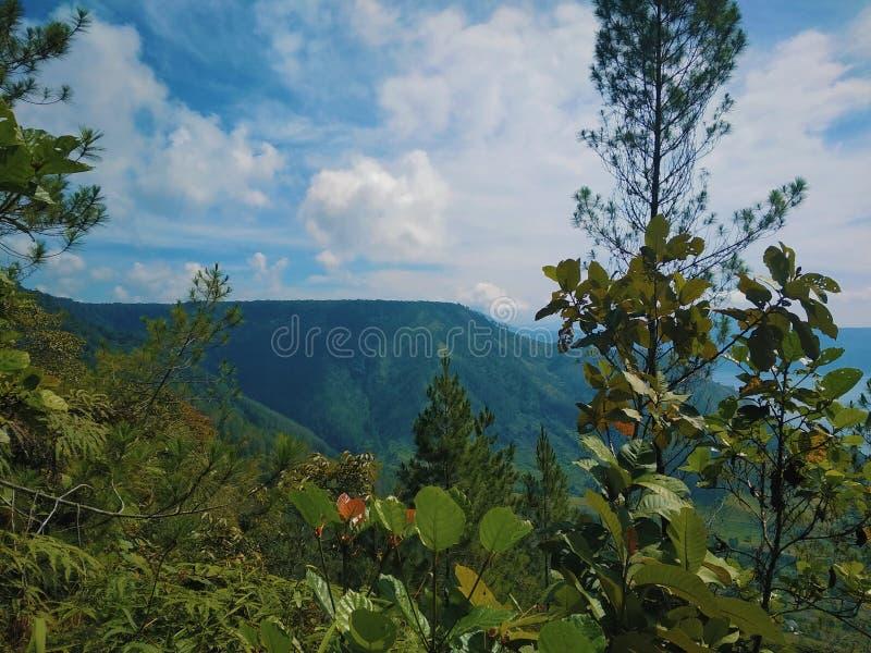Cordillera en el lago Toba de la caldera imagenes de archivo