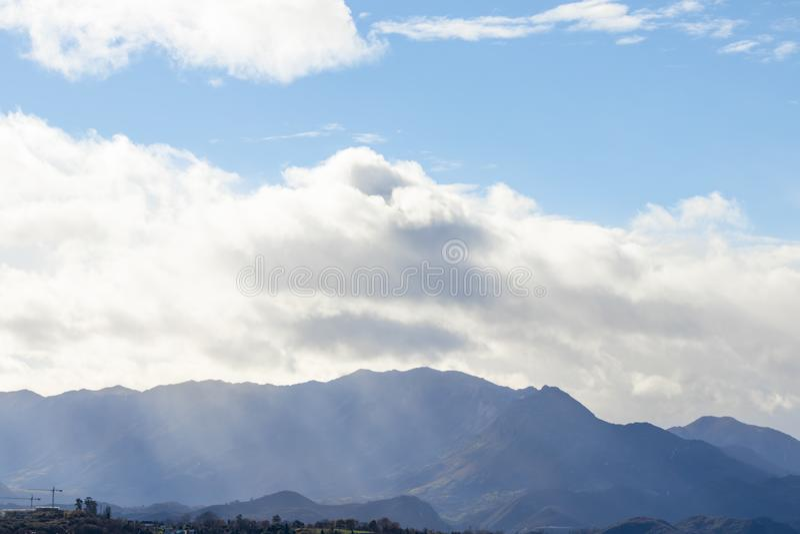 Cordillera en tiempo claro en nubes de lluvia que ponen en contraste antes de la lluvia foto de archivo libre de regalías