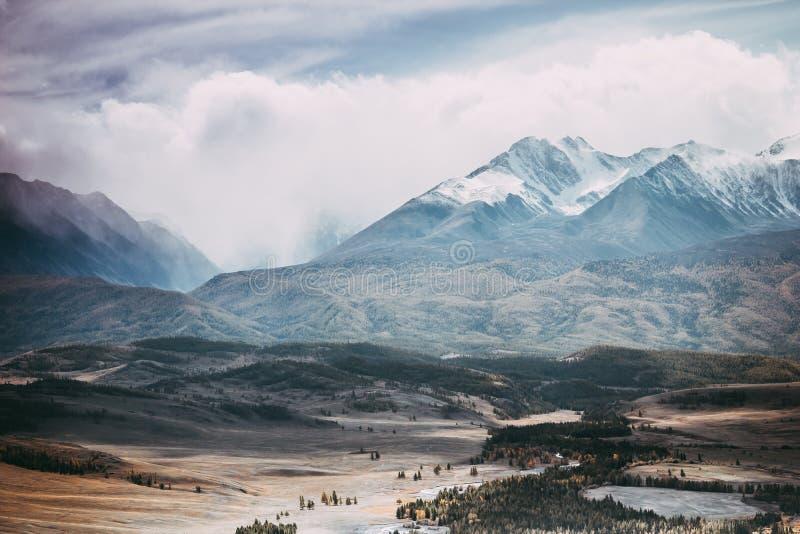 Cordillera hermosa debajo de las nubes Picos nevados de rocas fotografía de archivo libre de regalías
