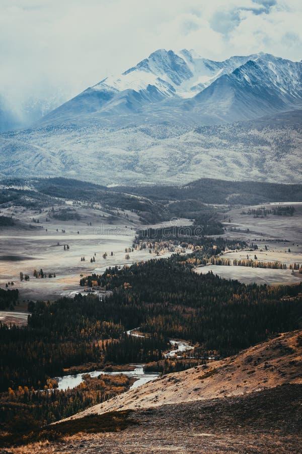 Cordillera hermosa debajo de las nubes Picos nevados de rocas fotos de archivo