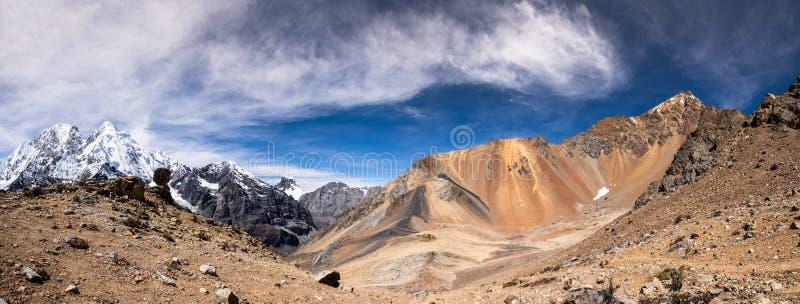 Cordillera Huayhuash in Peru en Nevado Rosario stock afbeelding