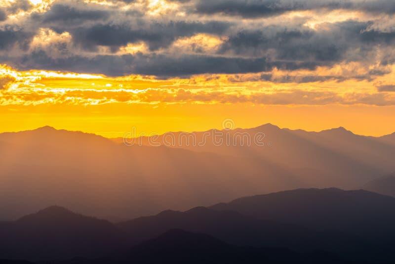 Cordillera nebulosa con el cielo dramático de la puesta del sol imagen de archivo