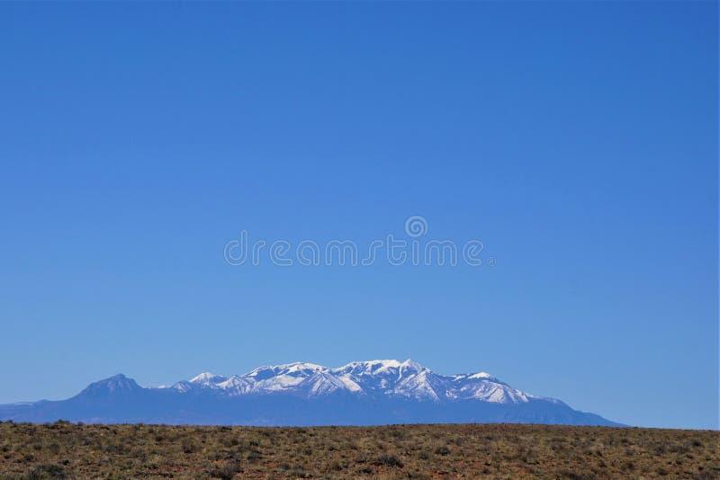 Cordillera nevada debajo del cielo azul despejado imagen de archivo libre de regalías