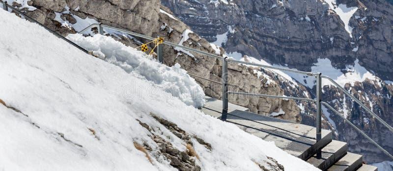 cordillera Suiza con camino de la repisa fotografía de archivo libre de regalías