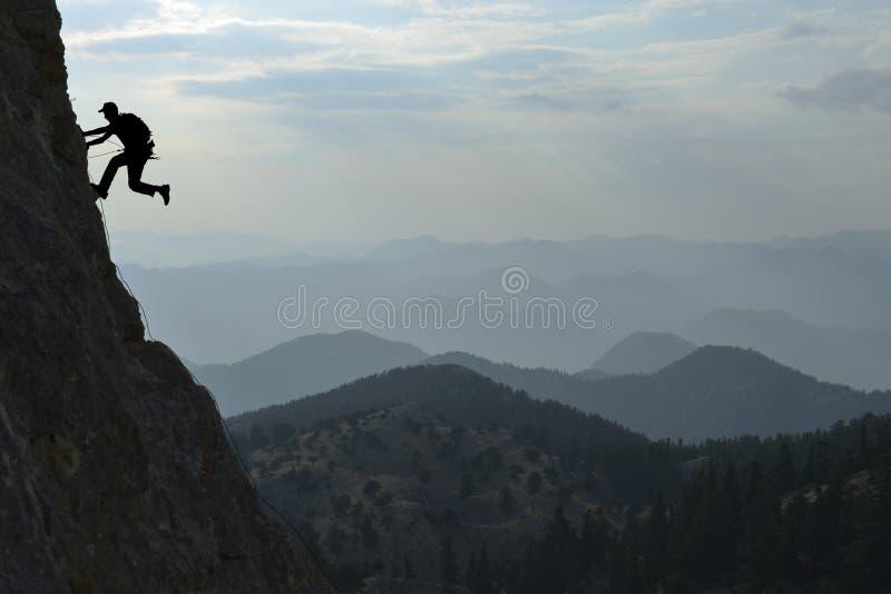 Cordilleras y hombre fabulosos de la escalada imagen de archivo