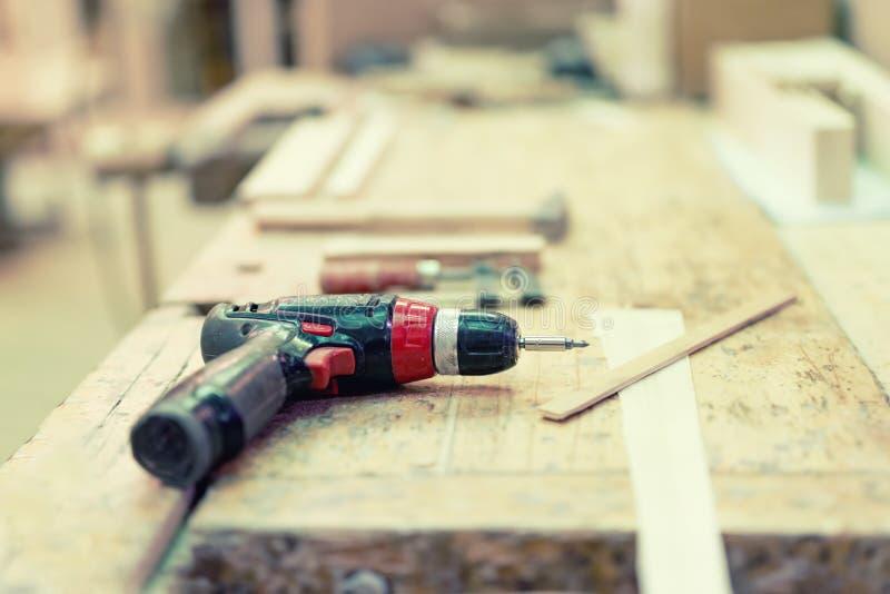 Cordless wiertnicza śrubokręt maszyna przy przemysłową fabryką fotografia royalty free
