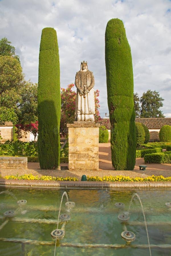 CORDOBA, HISZPANIA, 2015: Ogródy pałac Alcazar De Los Reyes Cristianos z statuą królewiątko Ferdinand II zdjęcie royalty free