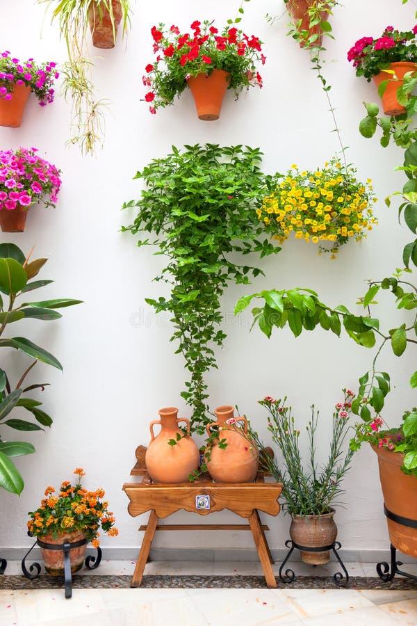 Cordoba-Patio Fest - privater Hof mit den Blumen verziert, stockfotos