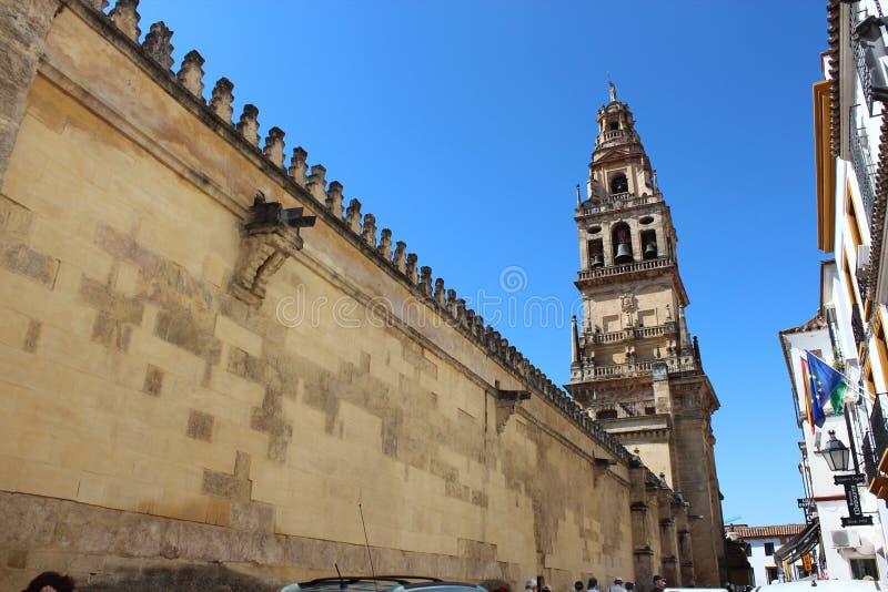 Cordoba´s Moschee - Hauptkontrollturm Der große berühmte Innenraum der Moschee oder Mezquitas in Cordoba, Spanien stockbilder