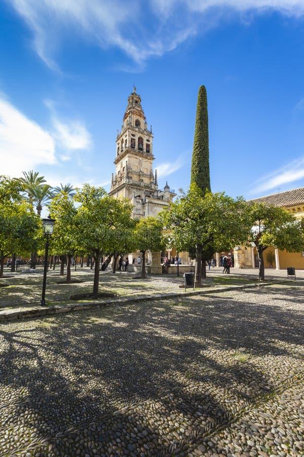 CORDOBA - SPANIEN - JUNI 10, 2016: Klockatornet på Mezquitaen royaltyfri foto