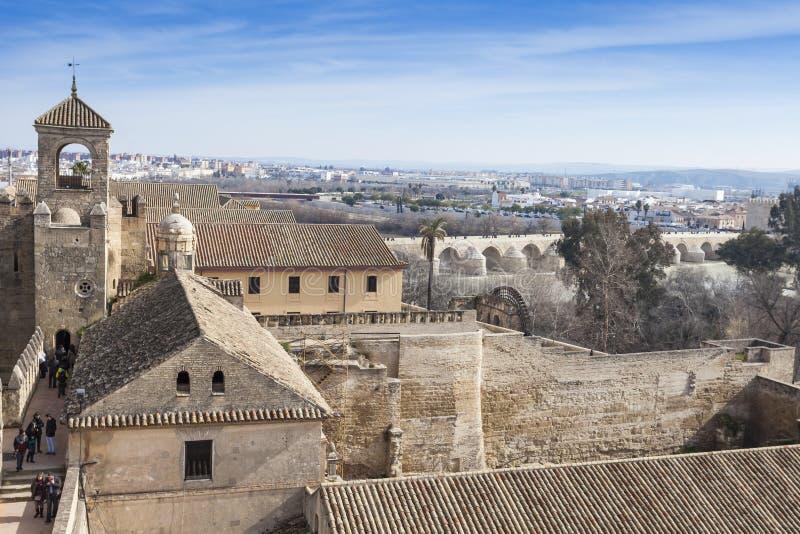 CORDOBA - SPANIEN - JUNI 10, 2016: Sikt av Alcazar och domkyrka M royaltyfri fotografi