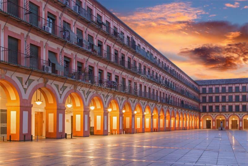 CORDOBA SPANIEN - MAJ 27, 2015: Den Plazade la Corredera fyrkanten på skymning royaltyfria bilder