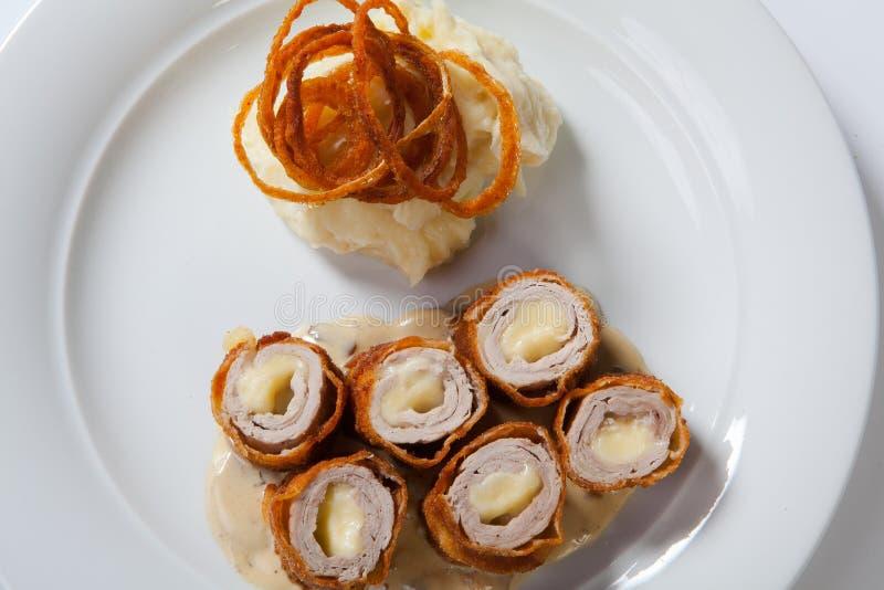 Cordon bleu de poulet d'un plat avec de la purée de pommes de terre rustique photo libre de droits