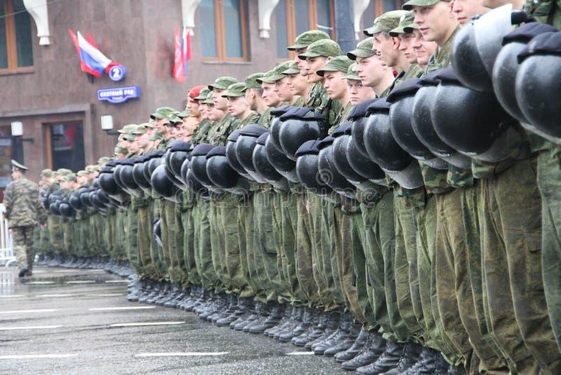 Cordon de police et le soldat des troupes internes devant Kremlin pendant le cortège des communistes photographie stock