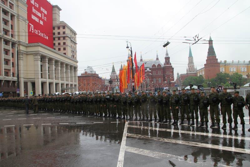 Cordon de police et le soldat des troupes internes devant Kremlin pendant le cortège des communistes images stock
