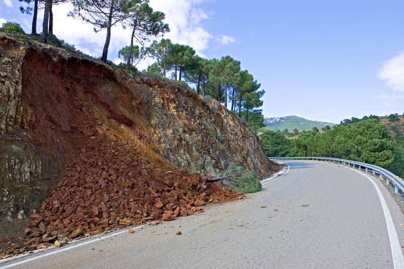 Cordon ou glissement de terrain sur la route de montagne après tempête photos libres de droits