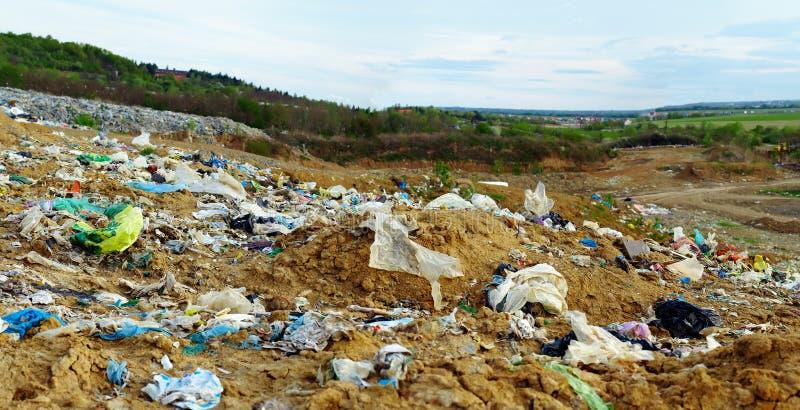 Cordon pollué avec les sachets et la perte en plastique image stock