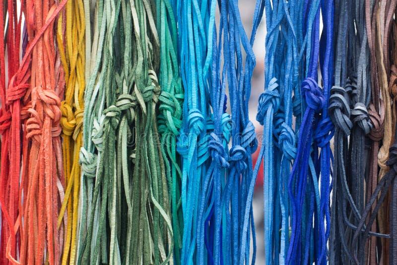 Cordones de cuero multicolores con un nudo foto de archivo libre de regalías