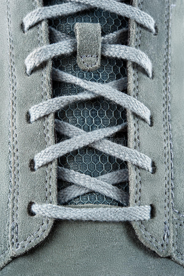 Cordones de las zapatillas de deporte del ante foto de archivo