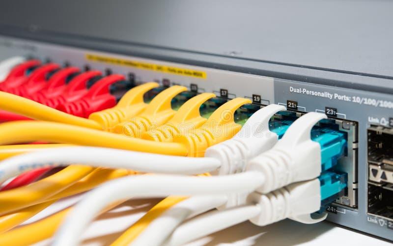 Cordones que remiendan conectados con el router imagen de archivo