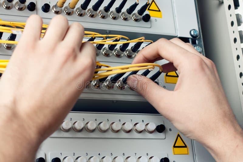 Cordons de correction optiques de fibre de prise d'ingénieur image stock