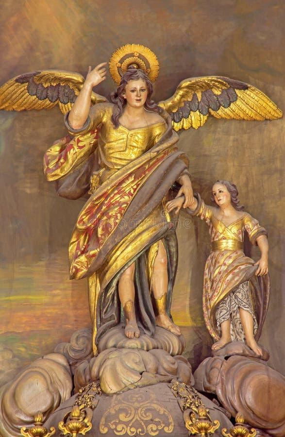 Cordoue - la statue polychrome découpée du patron de Raphael d'archange (Santo Angel) de la ville sur l'autel dans l'église Conve photographie stock