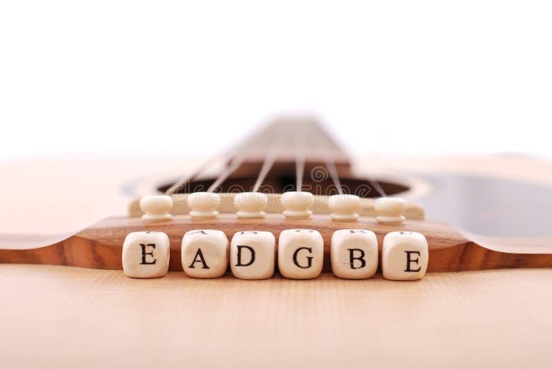 cords gitarren som leraning royaltyfria bilder