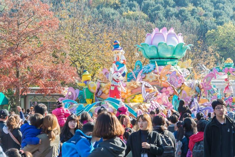 COREA DEL SUR - 31 de octubre: Los bailarines en trajes coloridos participan libre illustration