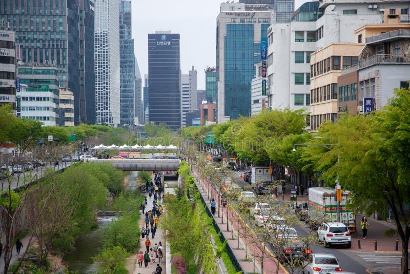 Corea del Sur de Seúl, abril de 2019 calle a lo largo del río en la corriente de Cheonggyecheon del centro de ciudad foto de archivo libre de regalías