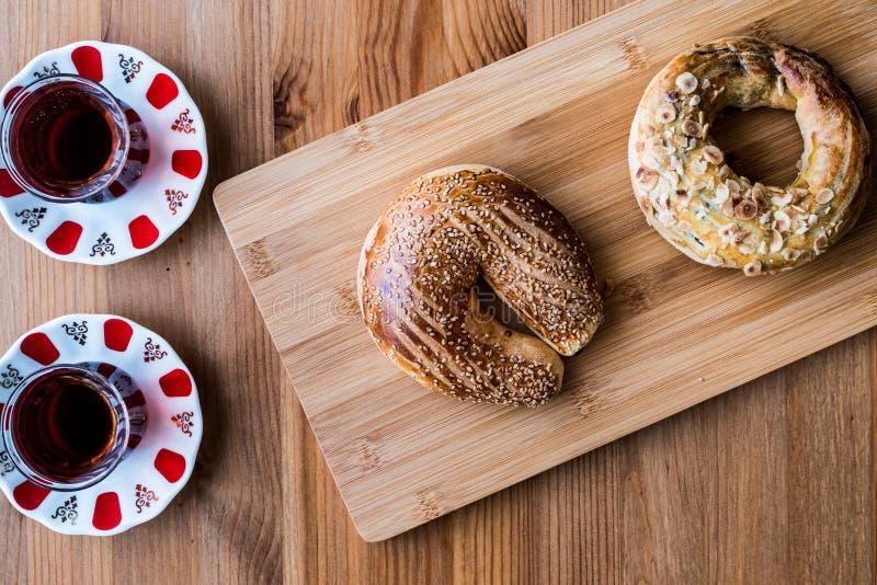 Coregi e chá/croissant de Ay do turco com cacau e passa do chocolate imagens de stock