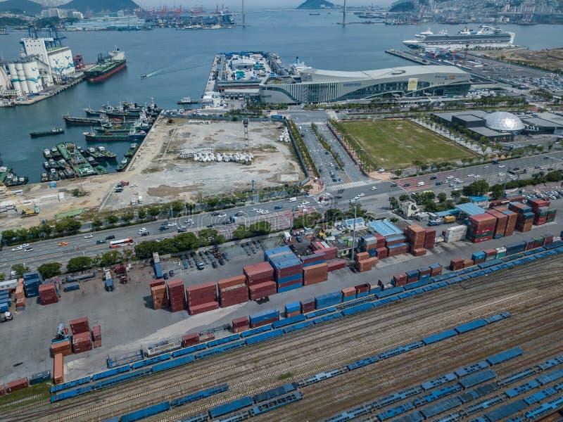 COREIA DO SUL - 25 DE MAIO DE 2018: Ideia aérea do terminal do porto em Busan imagens de stock