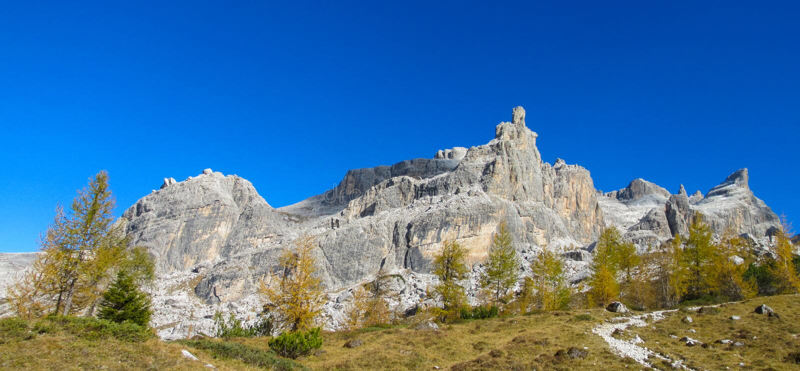 Cores amarelas bonitas do outono em montanhas de Dolomiti di Brenta imagem de stock