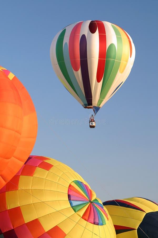 Cores Ballooning do ar quente rurais fotos de stock royalty free