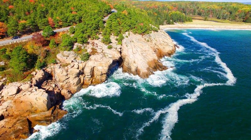 Cores bonitas da queda do Acadia, Maine Vista aérea do helicop fotografia de stock royalty free