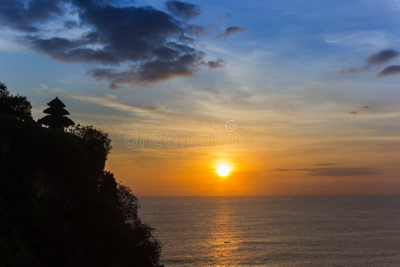 Cores bonitas do por do sol no templo de Ulu Watu em Bali imagem de stock royalty free
