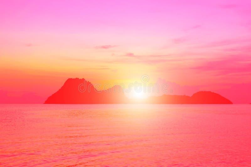 Cores brilhantes no alvorecer na praia no nascer do sol no golfo de Tha fotos de stock