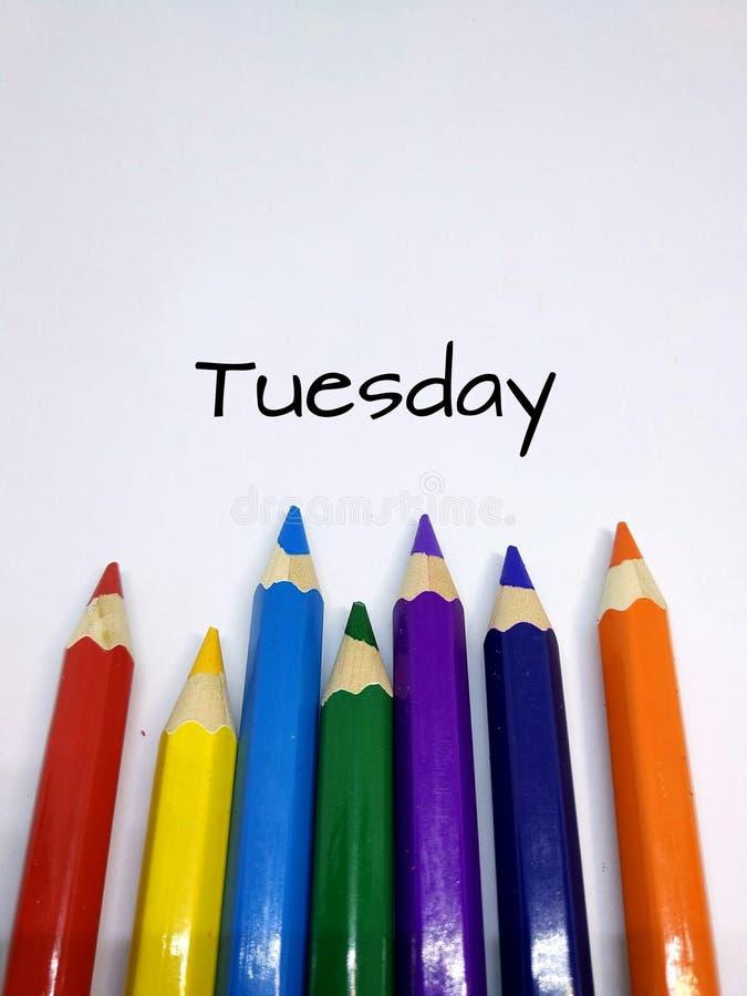 Cores coloridas do lápis com conceito do dia para terça-feira imagens de stock royalty free