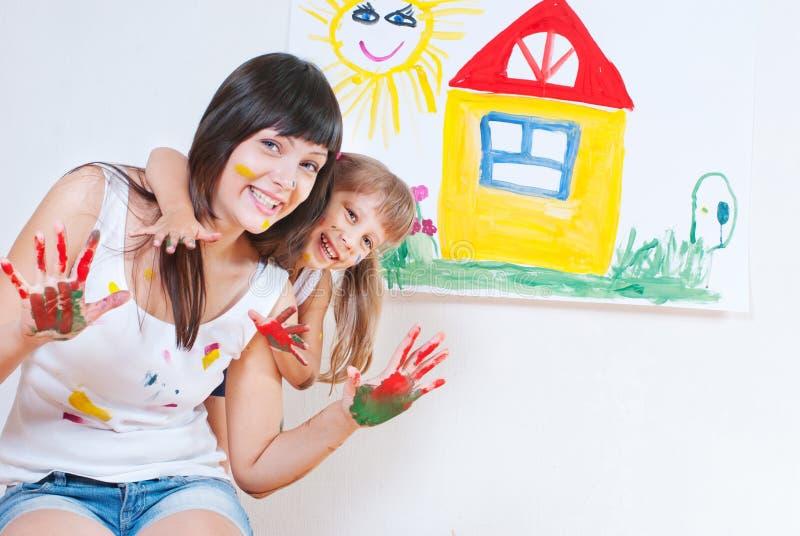 Cores da pintura da mulher e da criança fotografia de stock royalty free