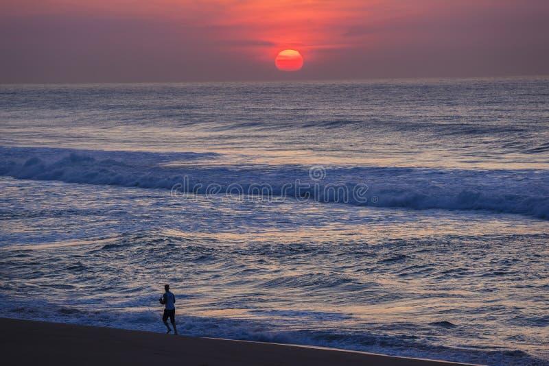 Cores da praia do corredor do nascer do sol fotografia de stock royalty free