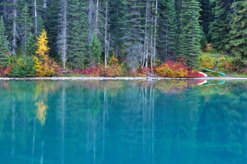 Cores da queda no lago emerald, parque nacional de Yoho fotografia de stock royalty free