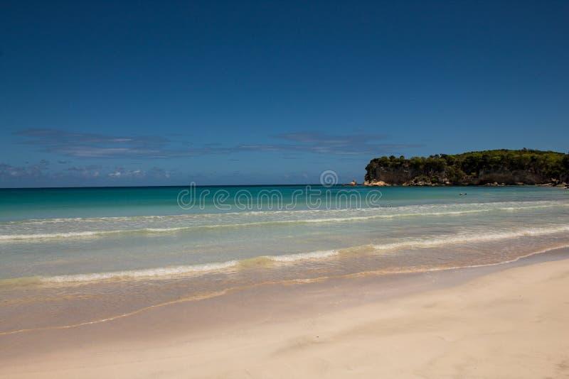 Cores das cara?bas: praia p?blica, mar azul intenso e c?u: para?so tropical foto de stock
