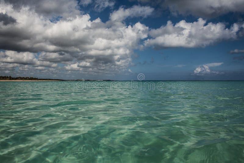 Cores das cara?bas: praia p?blica, mar azul intenso e c?u: para?so tropical imagem de stock royalty free
