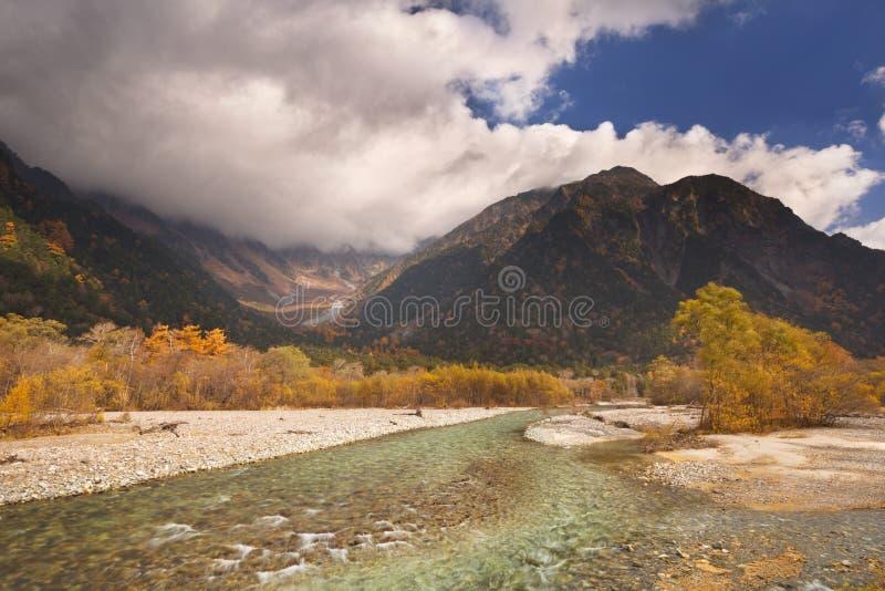 Cores de Azusa River e do outono em Kamikochi, Japão imagens de stock royalty free