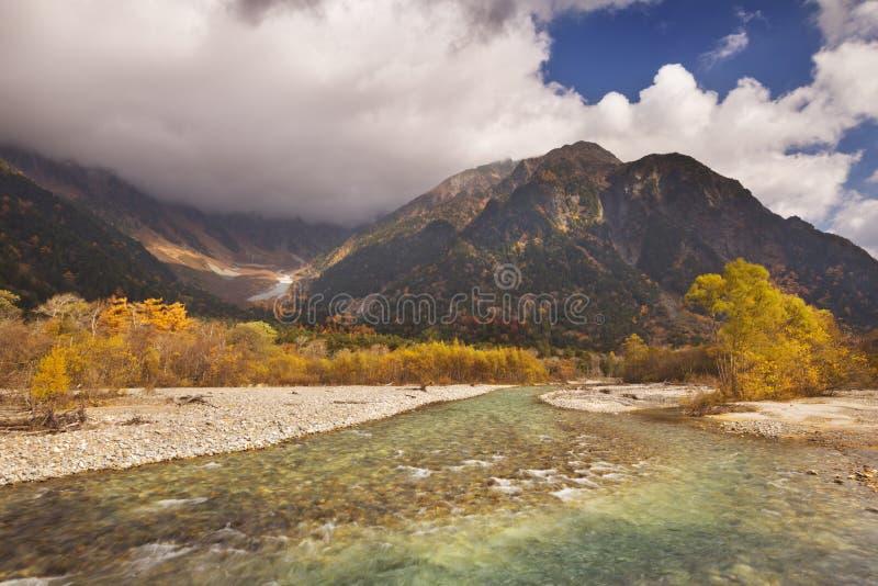 Cores de Azusa River e do outono em Kamikochi, Japão imagem de stock royalty free