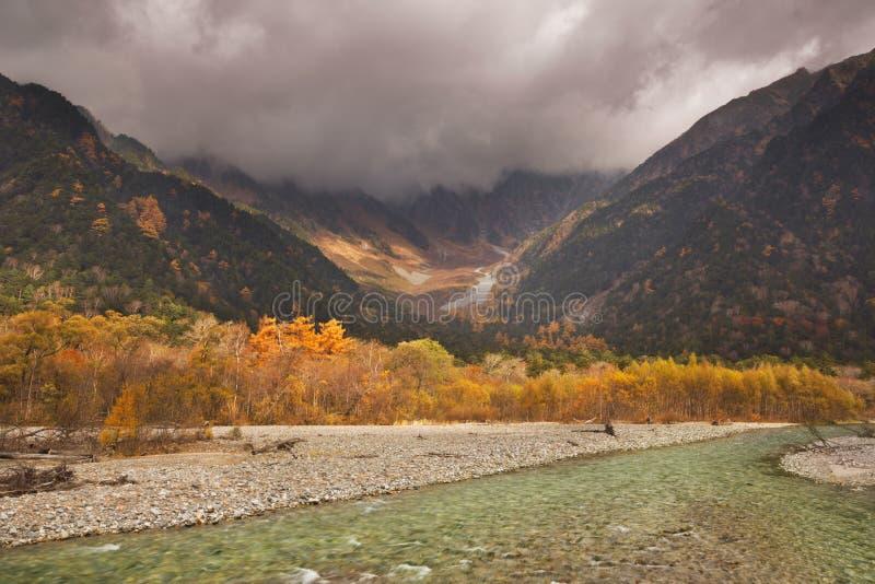 Cores de Azusa River e do outono em Kamikochi, Japão fotos de stock