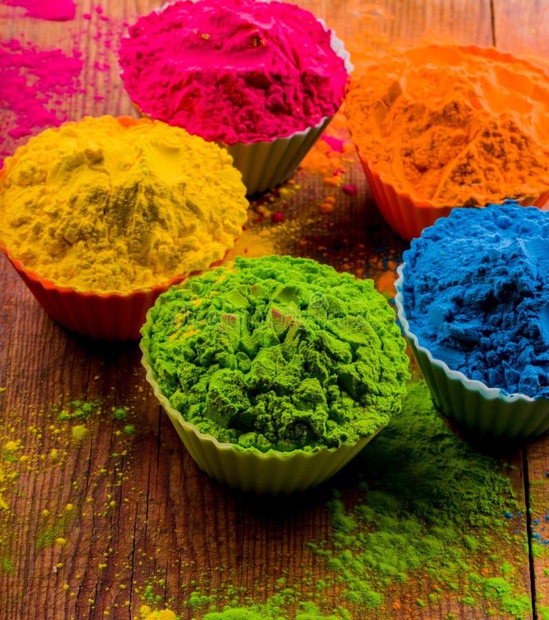 Cores de Holi nas cores ervais do potenciômetro de argila feitas com flores foto de stock